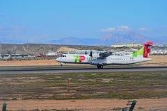 Landa flygplanhandlag ner på den Alicante Elche flygplatsen fotografering för bildbyråer