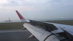Landa på den Hong Kong flygplatsen stock video