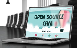 Landa sidan av bärbara datorn med det Open Source CRM begreppet 3d Royaltyfri Foto