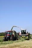 Landarbeit mit einem Zerhacker stockbilder