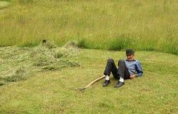 Landarbeiter, der auf einem Grasfeld stillsteht Stockfoto