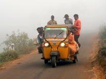 Landarbeiter, der in ein gedrängtes Automobil reist Stockfoto