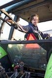 Landarbeiter in einem Traktor stockbilder