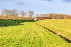 Landart και υγιής-τοπίο για να απορροφήσει το χαμηλής συχνότητας επίγειο θόρυβο των αεροσκαφών που απογειώνονται από τον αερολιμέ στοκ εικόνες