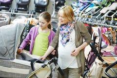 Landau chosing de femme enceinte images libres de droits