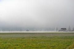 Landbauernhof am nebeligen Morgen Lizenzfreie Stockfotos