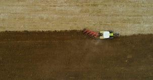 Landbouw - brede spruit van tractor ploegend gebied 4K stock footage