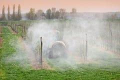 Landbouw, het bespuiten van bomen stock foto