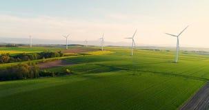 LANDBOUW - Luchtmening van de zomerplatteland met windturbines stock video
