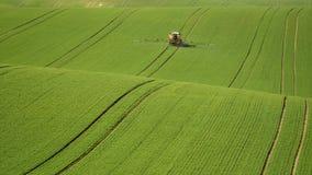 Landbouw op de rollende heuvels van Moravië met tarwe filds en tractor Stock Foto's