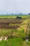 Landbouw ploegende tractor op de gebieden van het tarwegraangewas Royalty-vrije Stock Foto's