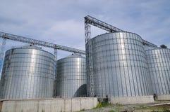 Landbouw silo's de faciliteit van de metaalkorrel met silo's Stock Foto's