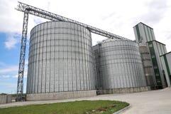 Landbouw silo's de faciliteit van de metaalkorrel met silo's Royalty-vrije Stock Foto's