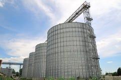 Landbouw silo's de faciliteit van de metaalkorrel met silo's Royalty-vrije Stock Afbeelding