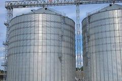 Landbouw silo's de faciliteit van de metaalkorrel met silo's Stock Fotografie