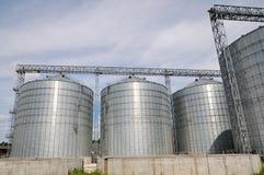 Landbouw silo's de faciliteit van de metaalkorrel met silo's Stock Afbeelding