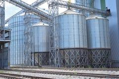 Landbouw silo's de faciliteit van de metaalkorrel met silo's Stock Foto