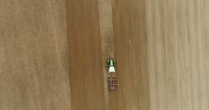 Landbouw - tractor die het Vrije landbouwgebied van GMO 4K ploegen stock footage