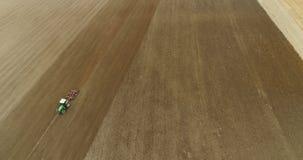 Landbouw - tractor die het Vrije landbouwgebied van GMO ploegen stock videobeelden