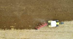 Landbouw - tractor ploegend gebied 4K stock footage