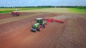 Landbouw voertuig Proces die gecultiveerd gebied ploegen De landbouw industrie stock videobeelden