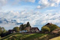 Landbouwbedrijf in de Alpen Stock Fotografie