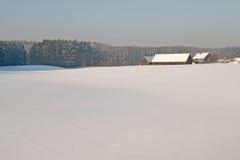 Landbouwbedrijf in de winter in Masuria. Polen. Stock Afbeelding