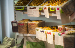 Landbouwbedrijf dierlijk voedsel in containers Stock Afbeeldingen