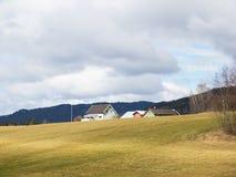 Landbouwbedrijf en landbouwgrond in Noorwegen Stock Foto's
