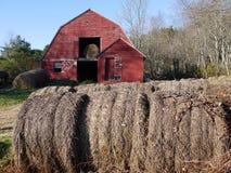 Landbouwbedrijf: hooi balen met oude rode schuur - h Stock Afbeeldingen
