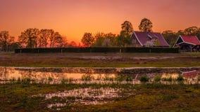 Landbouwbedrijf langs een rivier en vijvers in een Nederlands landschap royalty-vrije stock foto
