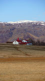 Landbouwbedrijf met kerk dichtbij vatnajokull gletsjer in Oost-IJsland Stock Afbeelding