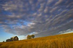 Landbouwbedrijf met spectaculaire hemel Royalty-vrije Stock Afbeeldingen