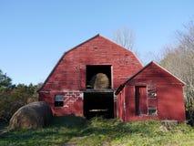 Landbouwbedrijf: oude rode schuur met hooibalen Stock Afbeeldingen