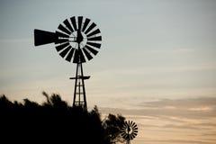 Landbouwbedrijf oude windmolen voor water stock afbeelding