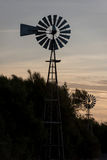 Landbouwbedrijf oude windmolen voor water royalty-vrije stock fotografie