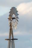 Landbouwbedrijf oude windmolen voor water stock foto's