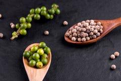 Landbouwbedrijf verse groene peperbollen die op hout worden geïsoleerd stock foto's