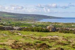 Landbouwbedrijfgebied en steenmuur met Landbouwbedrijven en huizen in Fanore vi royalty-vrije stock foto's