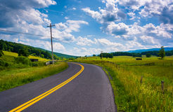 Landbouwbedrijfgebieden langs een landweg in de landelijke Potomac Hooglanden Stock Fotografie
