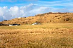 Landbouwbedrijfgebouwen bij de Voet Heuvel en Blauwe Hemel royalty-vrije stock foto's