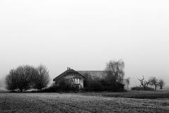 Landbouwbedrijfhuis met bomen in zwart-wit Royalty-vrije Stock Foto's