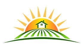 Landbouwbedrijfhuis met zon Royalty-vrije Stock Foto's
