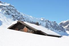 Landbouwbedrijfhuis onder sneeuw wordt begraven die Stock Foto's