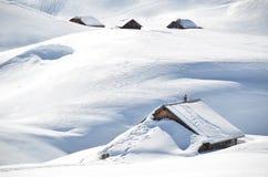 Landbouwbedrijfhuis onder sneeuw wordt begraven die Royalty-vrije Stock Foto