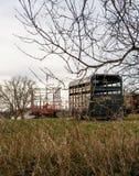 Landbouwbedrijfmateriaal op gebied op bewolkte de winterdag Royalty-vrije Stock Afbeeldingen