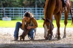 Landbouwbedrijfmeisje op telefoon met paard en hond stock afbeeldingen