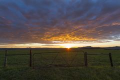Landbouwbedrijfpoort bij zonsopgang stock fotografie