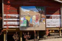 Landbouwbedrijfschuur met geschilderde muurschildering stock fotografie