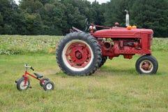 Landbouwbedrijftractor en driewieler Royalty-vrije Stock Foto